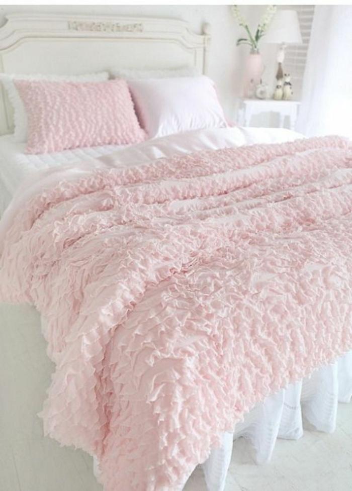 couleur rose pale, chambre rose et gris, couverture de lit et coussin en couleur rose poudré linge blanc et un coussin blanc, effet intéressant du contraste blanc et rose