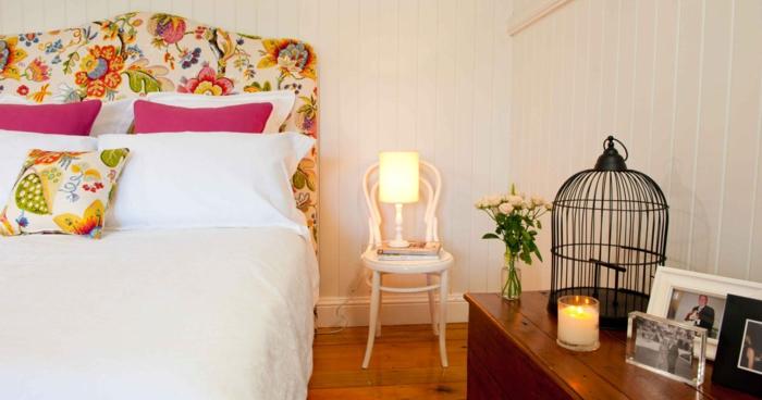 moderniser meuble ancien, tete de lit en tissu haut en couleurs, motifs fleuris et fruits, customiser un meuble, lit d'adulte, cage décorative en métal noir sur le meuble de chevet