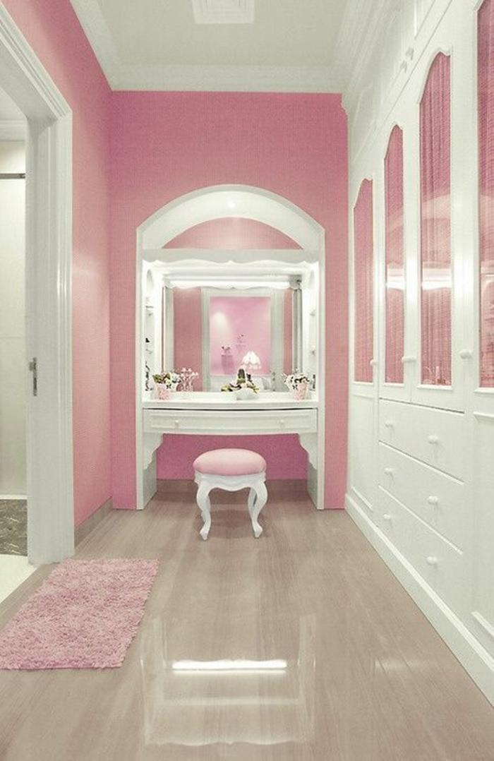 pièce en longueur, murs en rose et blanc, plafond blanc, petit tapis rectangulaire en couleur rose pale, cadre de grande porte blanche