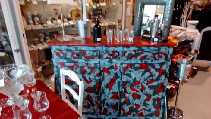 moderniser meuble ancien, bar îlot de cuisine, espace ouvert, table avec plan de travail rouge, finition brillante, chaises blanches en bois style bistrot rétro