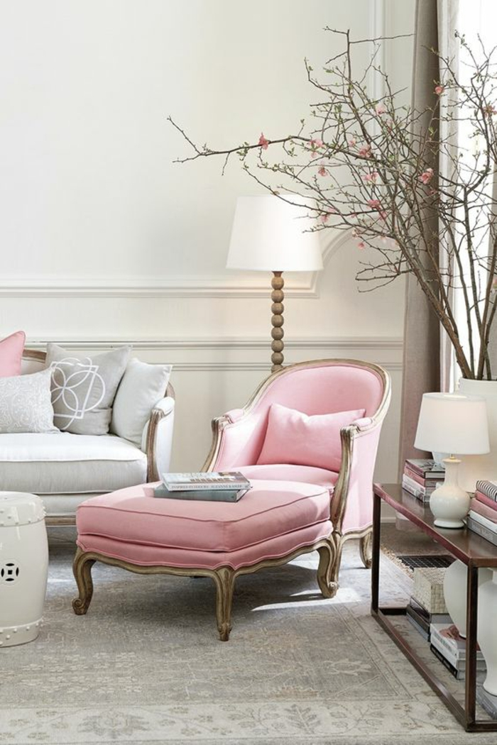 chambre rose poudré et taupe, fauteuil en vieux rose, murs blancs aux ornements en style néo-classique, quelle couleur associer au gris
