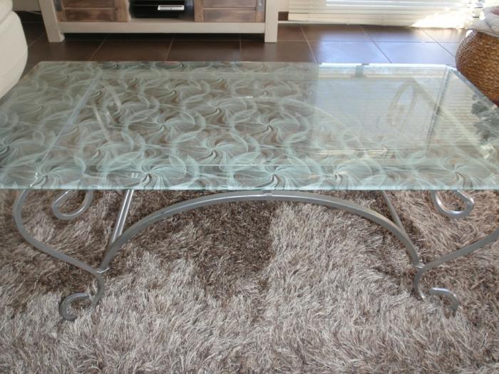 customiser meuble avec les pieds en métal clair et plan en verre trempé aux motifs opaques blancs, tapis couleur taupe, meuble relooké