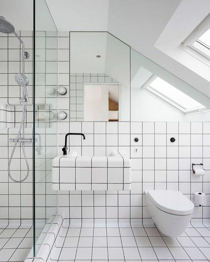 porte verriere, verriere douche, pièce sous les combles, carrelage blanc, verrière en verre transparent, fenêtres sur le toit, éléments des sanitaires en métal noir