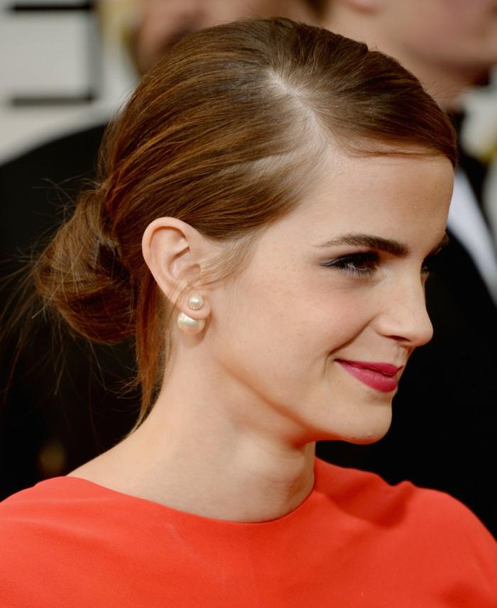Emma Watson, chignon loose et élégant, tenue rouge et boucles d'oreilles perles