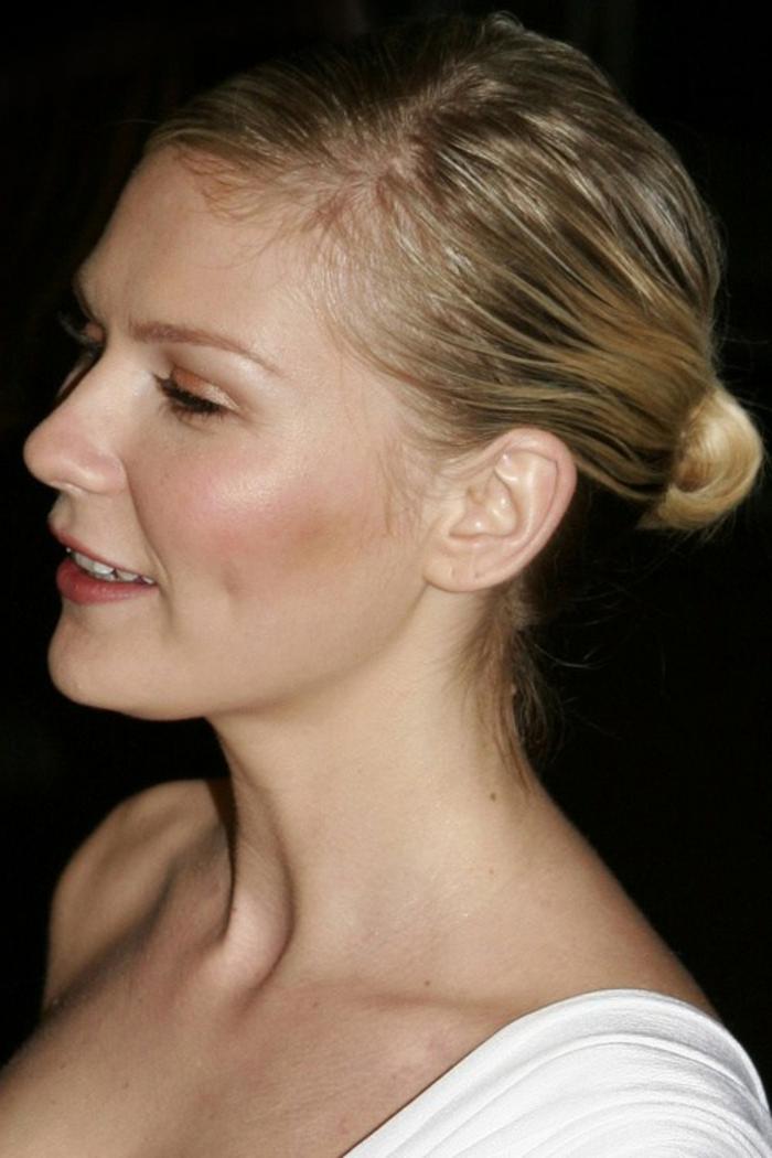 chignon cheveux mi long, Kirsten Dunst, petit chigno bas sur cheveux mi longs