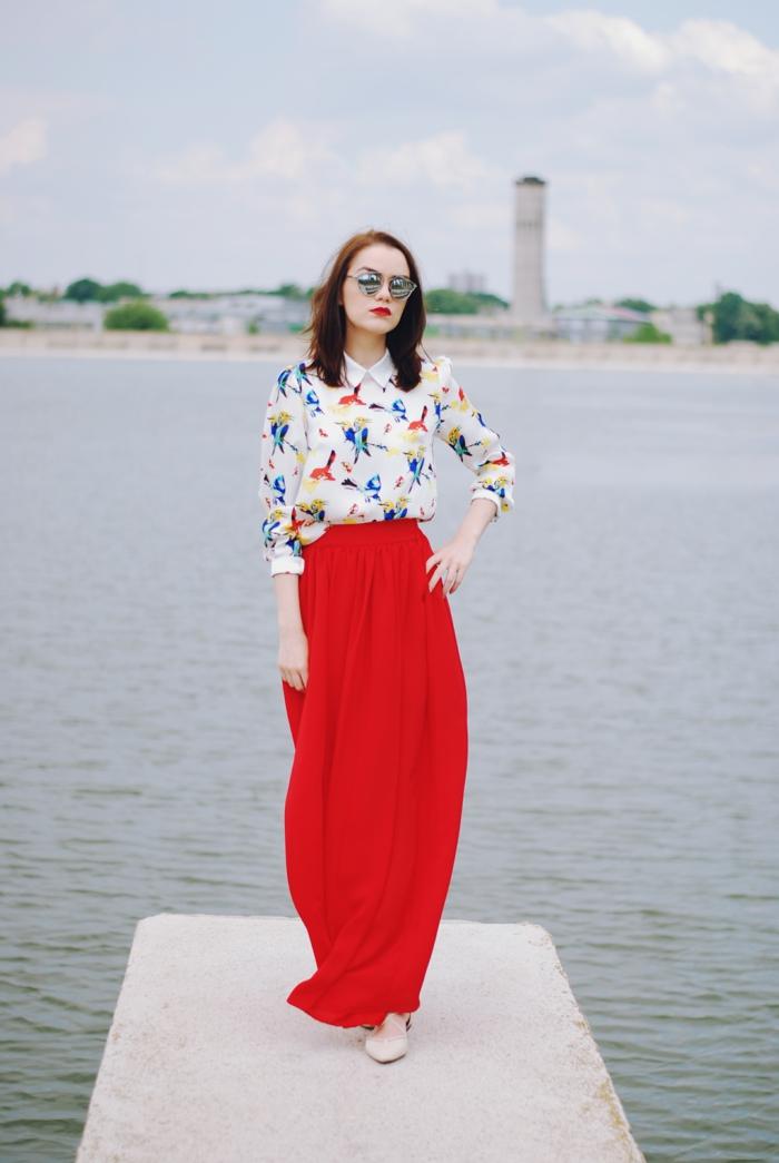 chemise col claudine portée avec une jupe longue taille haute aux imprimés floraux