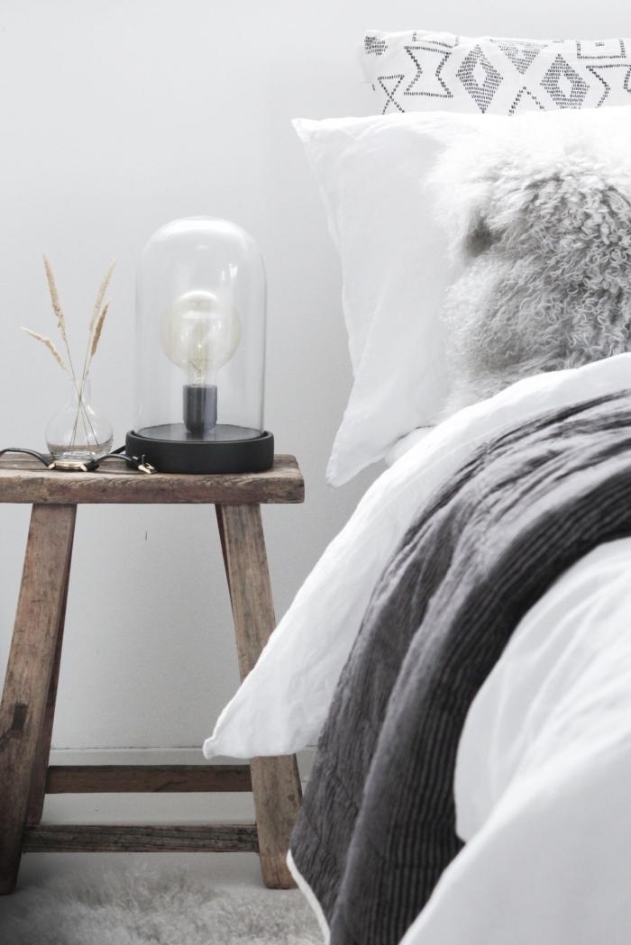 idée quels objets choisir pour une déco d'intérieur en style boho chic moderne, modèle de table de chevet en bois massif