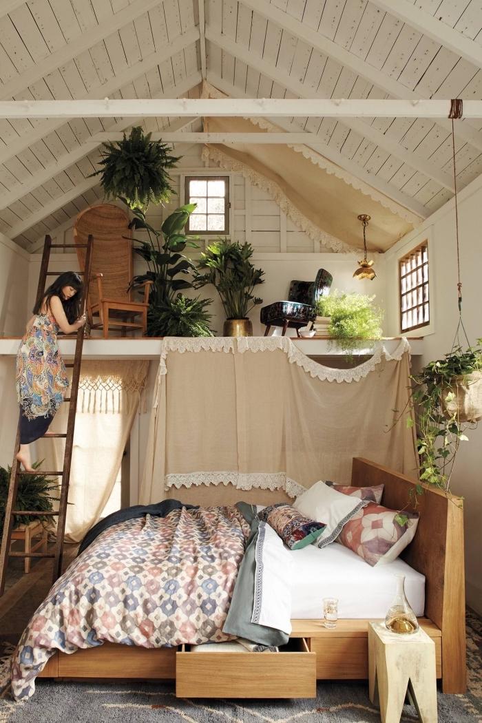 exemple de decoration boheme dans un studio au plafond haut avec meubles de bois et plantes exotiques vertes