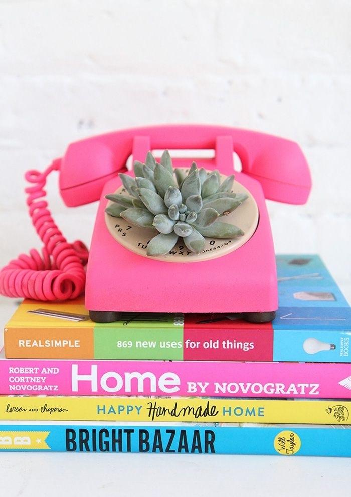 objet déco intérieur original DIY pour chambre ado fille, modèle de téléphone en plastique peint en rose avec plante succulent
