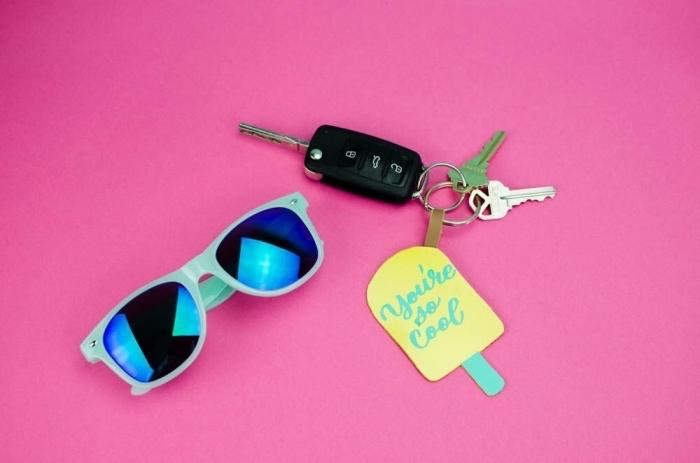 idées loisirs créatifs adultes, modèle de porté-clé originale fait maison à design popsicle, projet diy pour ado