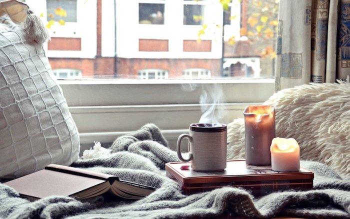 Deco chambre adulte, boheme chic déco petite chambre adulte, hygge decoration moderne, coin de lecture sous le fenetre, café chaud, bougies allumées