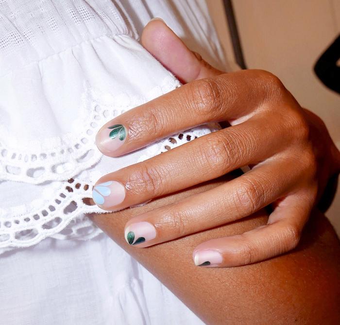 Feuilles vertes et un ongle avec feuille bleu claire manucure estival pour ongles courts vernis blanc semi-transparent