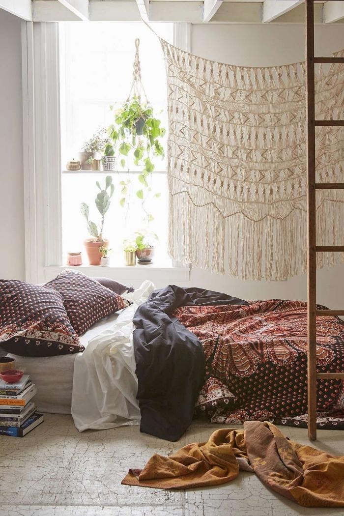 déco de chambre blanche avec plafond en poutres bois, exemple accessoires de style bohème chic et plantes vertes