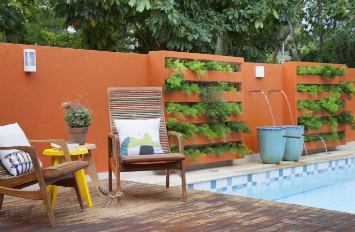 idée originale pour un jardin vertical aménagé à côté de la piscine, qui semble se fondre dans le mur