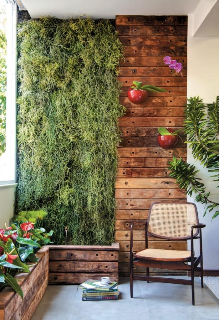quelles plantes choisir pour réaliser un mur végétal extérieur pour le balcon ou le jardin, déco de jardin original avec un mur végétal délimité par des planches de bois en lambris mural décoratif