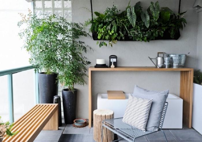 mini-jardin vertical suspendu réalisé avec un sac poche de plantation, idéal pour les petits espaces