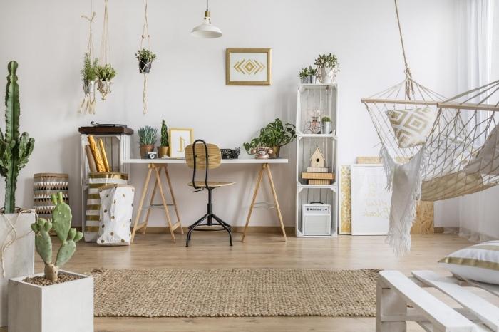 jolie decoration boheme dans une large pièce aux murs blancs avec tapis beige et suspensions florales en macramé