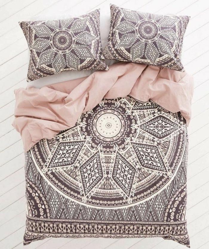 exemple de linge de lit avec housse de couette à design mandala blanc et noir, idée choix linge de lit en style bohème chic