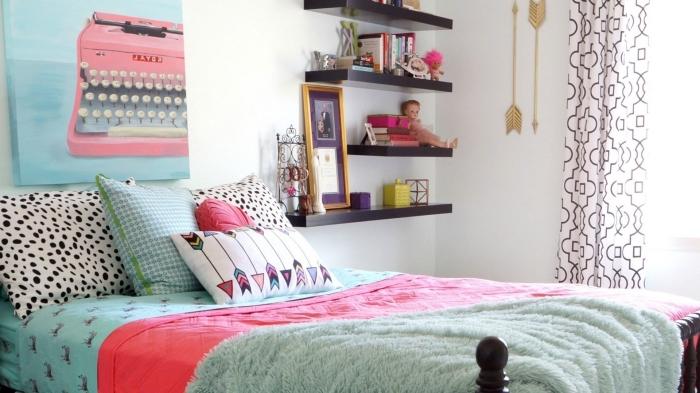 idée comment décorer une chambre ado fille avec objets personnalisés, déco murale avec flèches de bois peintes en or