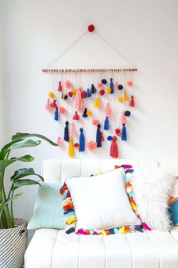design intérieur de style boho chic dans une chambre fille, modèle de suspension murale DIY en tassels multicolore