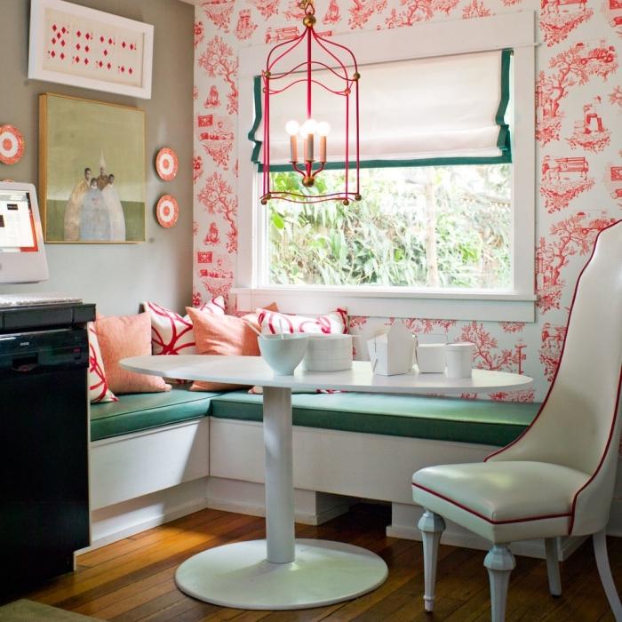 idée d'aménagement d'un coin repas dans une chambre ouverte, délimité avec du papier peint deco à motifs vintage orange qui s'harmonisent avec la déco