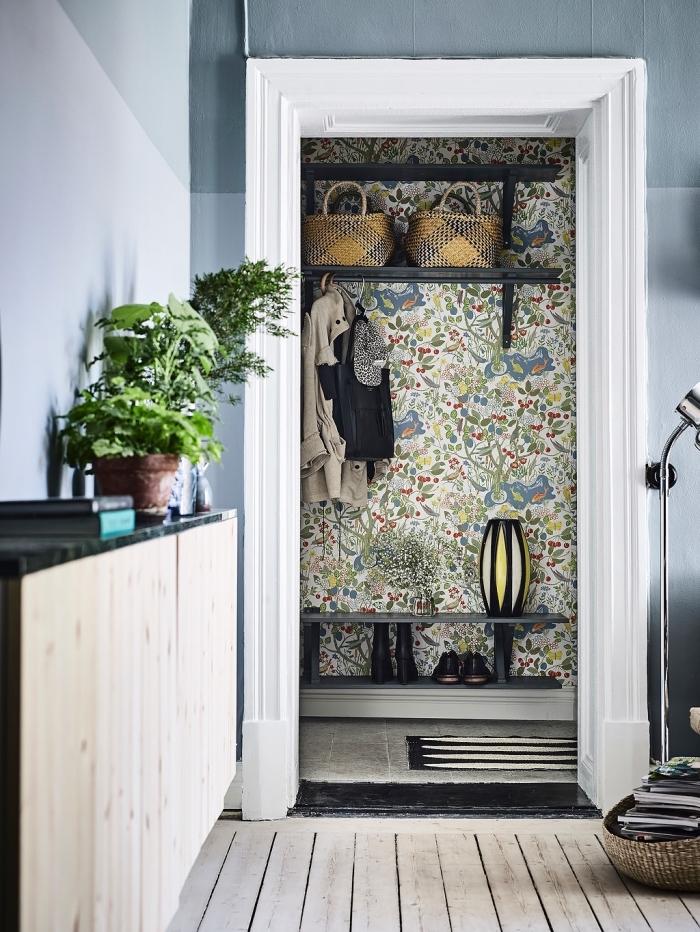 idée de pose papier peint sur un pan de mur dans le petit hall d'entrée, papier peint champêtre dans l'entrée