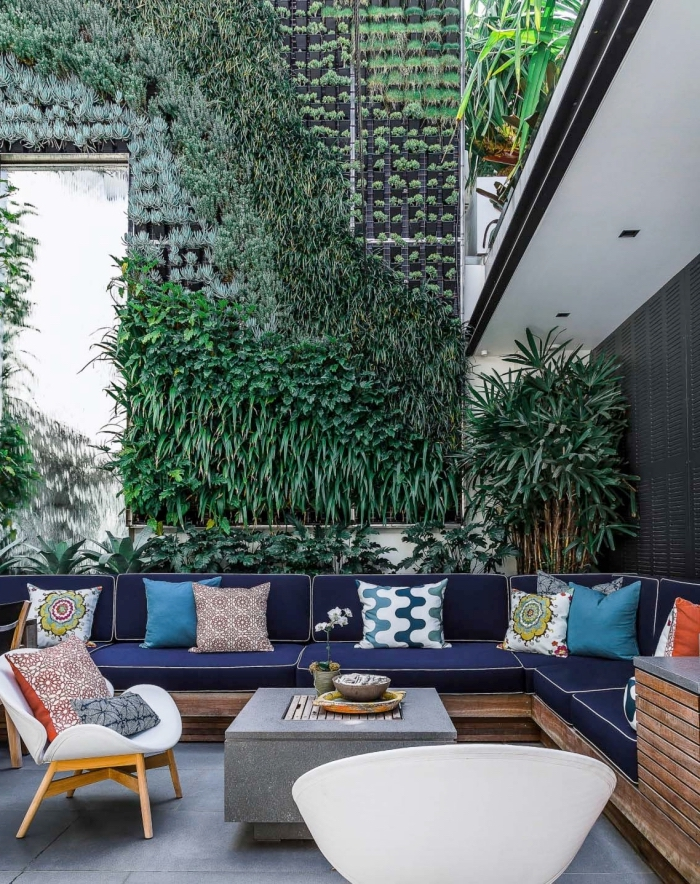 une décoration de jardin naturelle avec un système modulaire de mur végétal sur mesure d'aspect décoratif, qui invite à la contemplation et à la détente