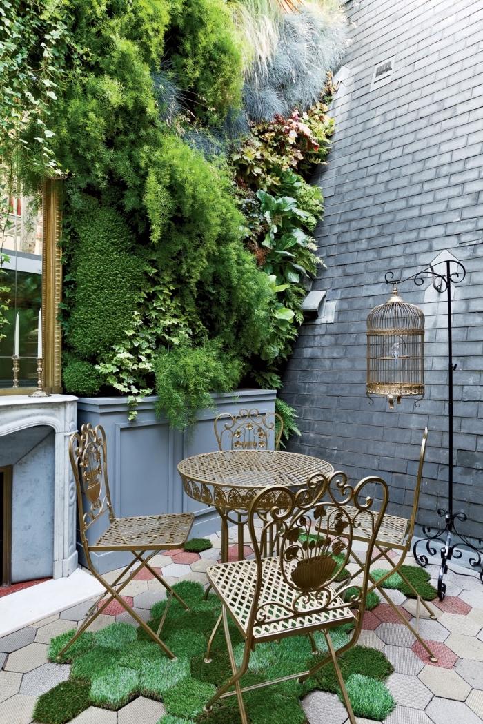 inspiration pour la décoration d'un patio ou d'un jardin avec un mur végétalisé luxuriant et mobilier de jardin vintage en métal qui apporte une touche de fantaisie au jardin