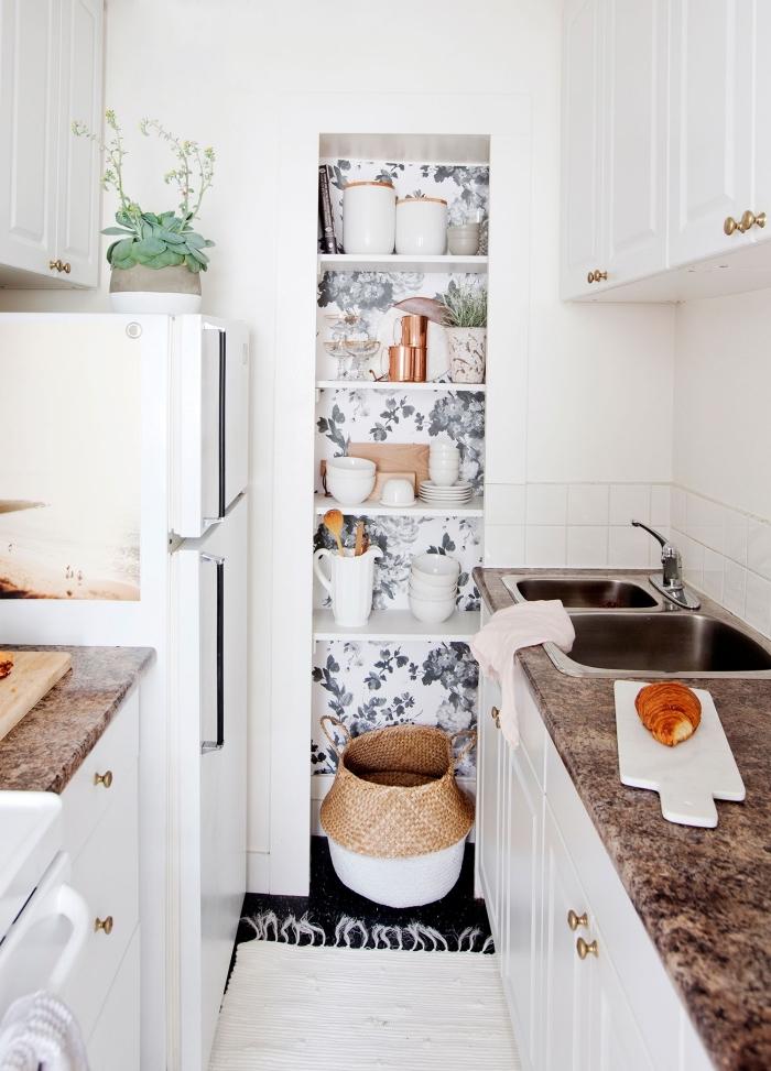 lé de papier peint unique fleuri monochrome pour habiller un renfoncement dans la cuisine, comment adopter le papier peint dans la cuisine
