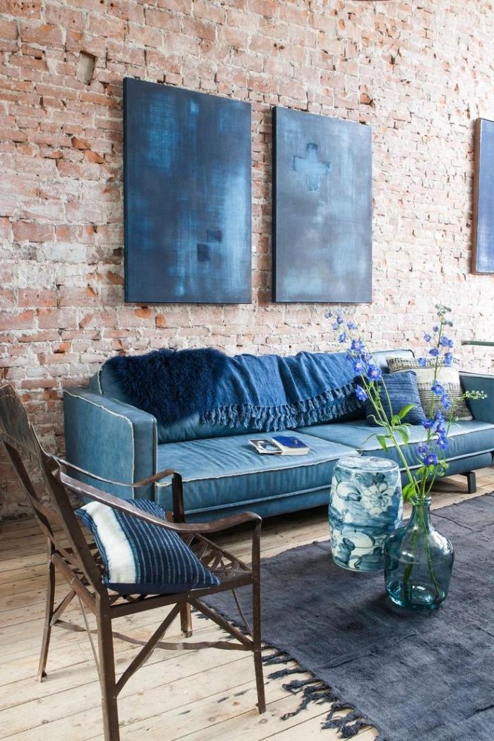 deco salon bleu d'ambiance loft industriel, mur de briques qui met en valeur la richesse des nuances de bleu