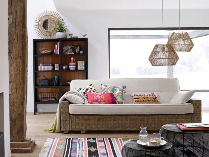 idée décor moderne avec accents ethnique chic, modèle de miroir soleil en bambou, coussins colorés aux motifs ethniques