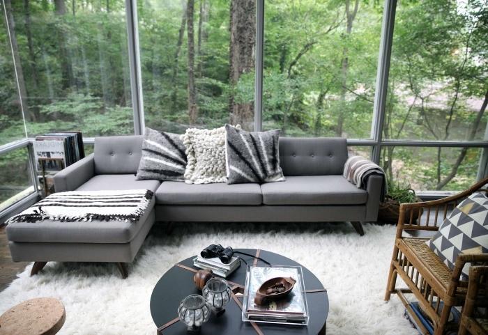 exemple comment décorer un salon moderne avec grandes fenêtres et parquet de bois, modèle de canapé d'angle en gris