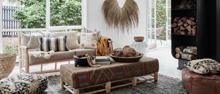 mobilier et accessoires de style tribal pour intérieur de style chic ethnique, table basse en bois avec tissu motifs ethniques