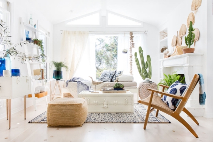 ambiance cocooning dans un studio étudiant aménagée en style boheme chic avec meubles de bois clair et plantes vertes