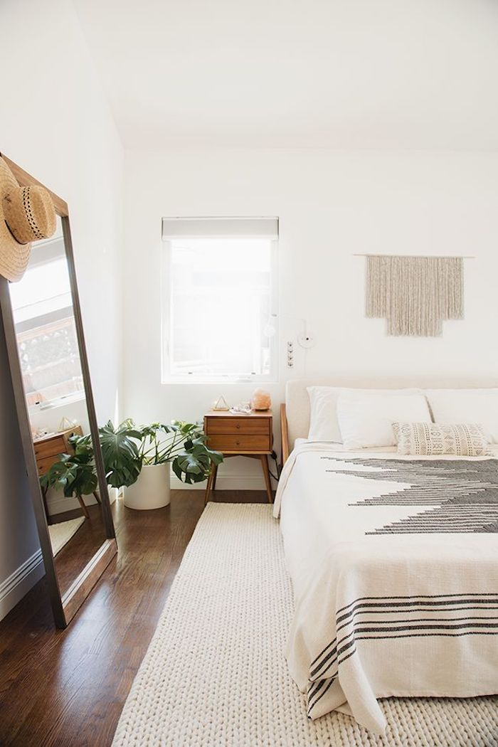Deco chambre simple, murs blanches, plancher de bois, deco chambre adulte, cool idée design moderne pour petite chambre avec grand miroir