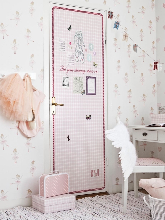 pose papier peint autocollant pour relooker une porte plane, lé unique de papier peint autocollant à motifs carreaux rose et à design girly qui s'harmonise avec les murs à motifs ballerines dans la chambre d'enfant douce