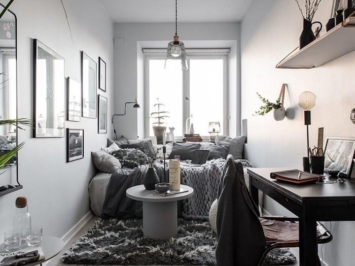 Amenagement petite chambre adulte, deco chambre adulte, intérieur moderne style scandinave, le lit prend tout l'espace dans la chambre sous la fenetre