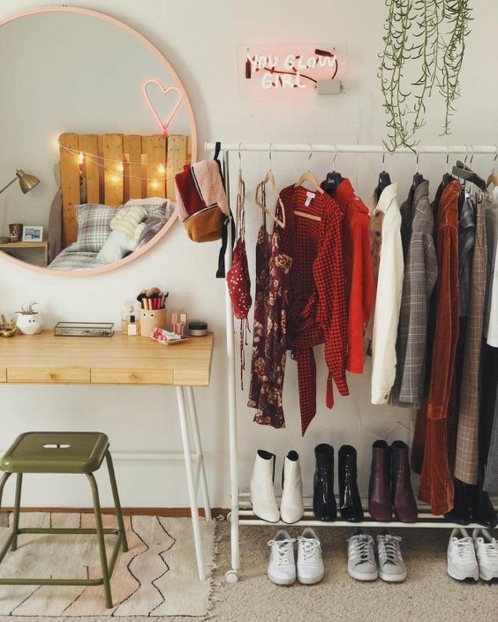 Déco petite chambre adulte, deco chambre adulte étroite, décoration de chambre cosy, que faire quand il n'y a pas d'espace pour un armoire