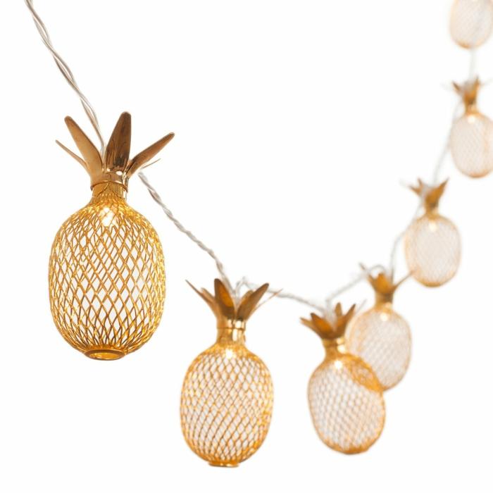 guirlande lumineuse pour chambre avec des éléments ananas en métal couleur or aux effets ajourés, guirlande lumineuse led