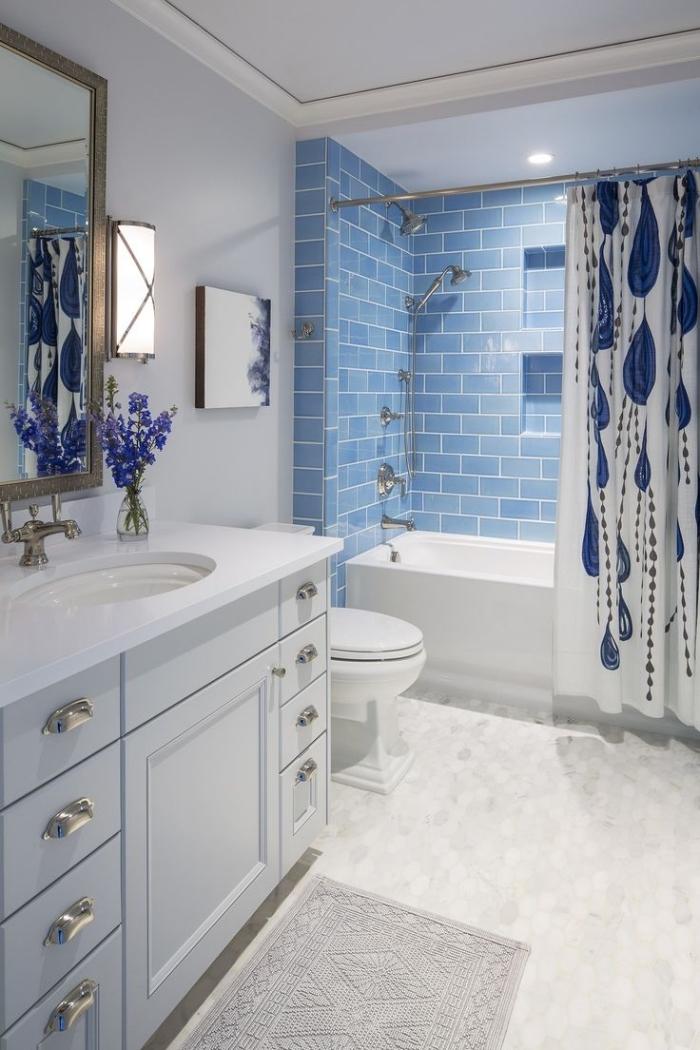 idée quelle couleur pour une petite pièce, modèle salle de bain avec baignoire en blanc avec carrelage bleu pastel