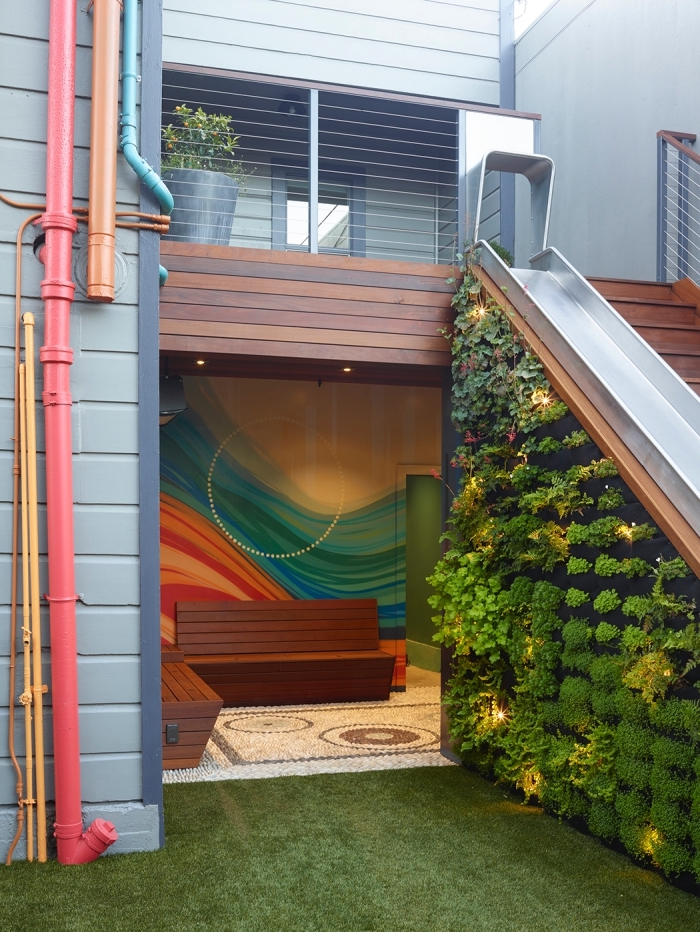 idée de déco d'escalier extérieur original avec un mur vegetal artificiel ou naturel