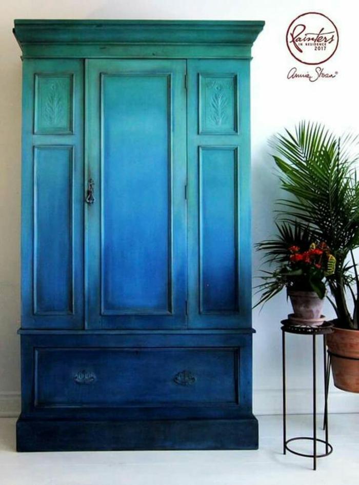 meuble ancien avec une nouvelle vie, armoire grande, un meuble en bois peint dans des couleurs bleues et vertes nuancées, porte-plantes en métal noir