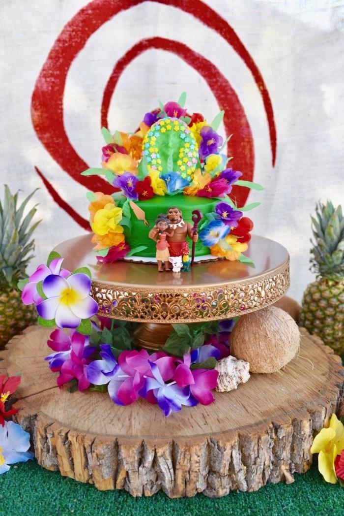 modèle de decoration gateau vaiana réalisée en pâte à sucre colorée avec petites figurines de Maui et Vaiana