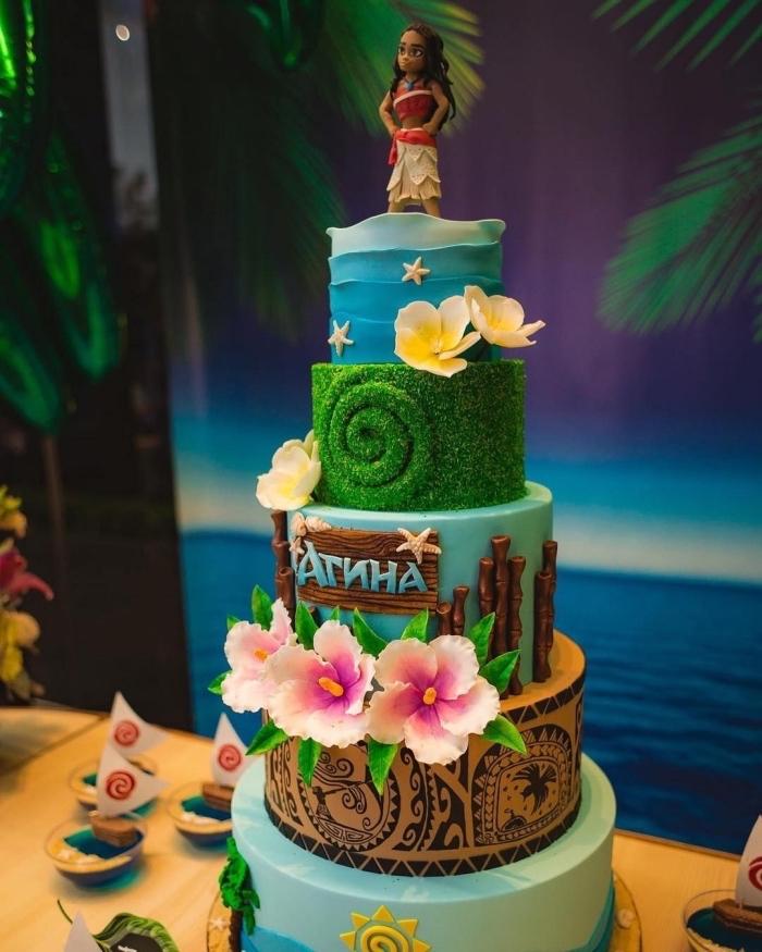 exemple de deco anniversaire vaiana sur un gâteau fait maison à plusieurs étages avec figurines en pâte sucre