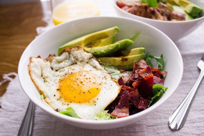 bol petit déjeuner recette hyperprotéiné, salades vertes, oeuf poché, bacon, lardes et tranches d avocat