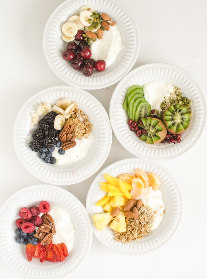 bol protéiné avec du yaourt grec nature, noix et graines et fruits frais, petit déjeuner diététique a faire soi meme