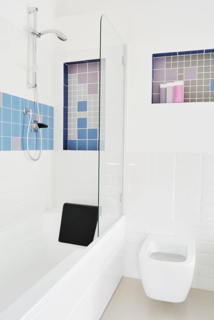 modèle salle de bain blanche avec douche et baignoire, déco petit espace aux murs blancs avec carrelage couleurs pastel