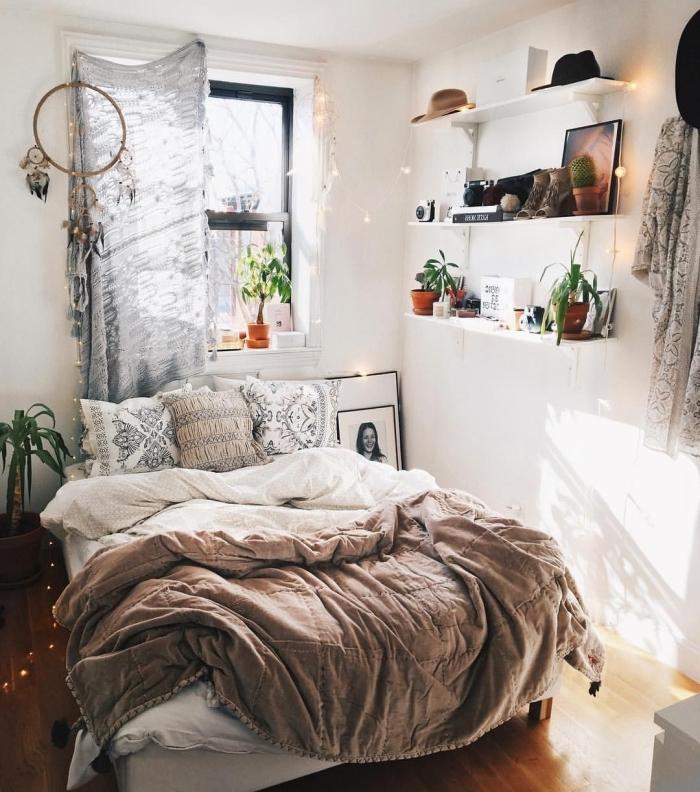 ambiance cocooning dans une petite pièce boho chic aménagée ave lit en bois et meuble de rangement étagères murales