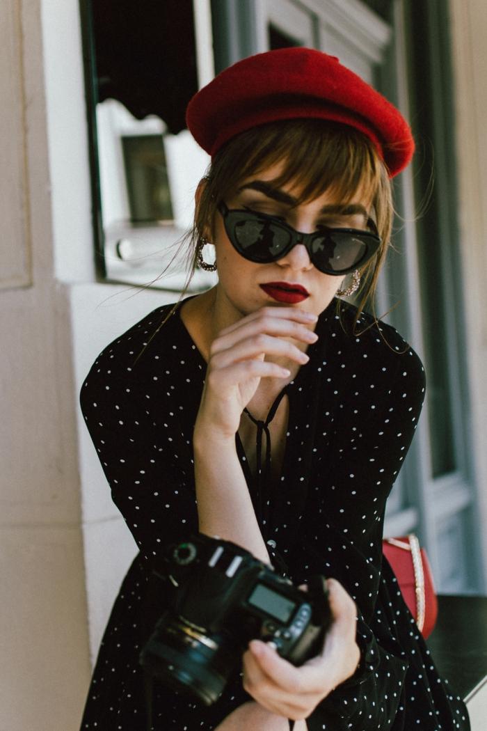 mini robe noire à pois, rouge à lèvres couleur vive, béret rouge, tenue guinguette femme