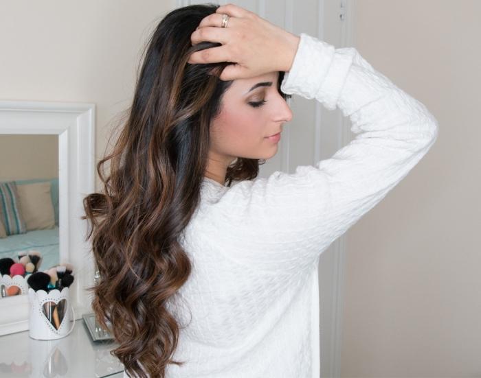 idée coloration naturelle avec meche sur brune, coiffure de cheveux longs légèrement bouclés sur les pointes